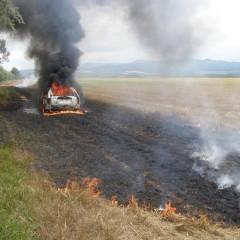 V poli pri Piešťanoch horelo auto