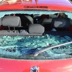 Mladík strieľal prakom po autách