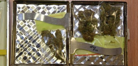 Polícia obvinila mužov zprechovávania marihuany a pervitínu