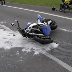 Dopravná nehoda motocykla a osobného auta na diaľničnom nadjazde pri Kútoch
