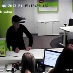 Neznámy muž chcel z banky v Hlohovci vybrať podvodom 100-tisíc!