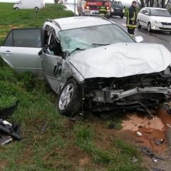 Pri nehode osobného auta a autobusu sa zranili traja ľudia