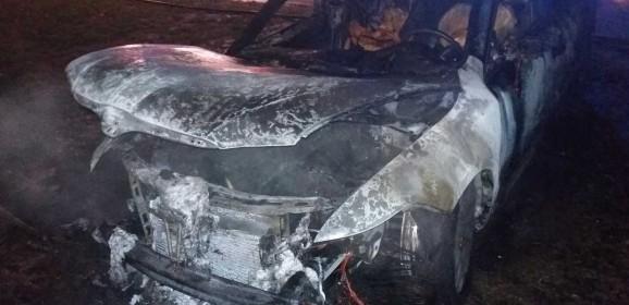 V Leopoldove vyčíňal podpaľač. Zhoreli dve autá